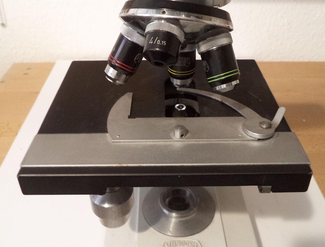Der objekttisch eines mikroskops